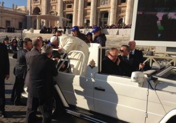 Papa Francesco abbraccia gli alunni della Karis